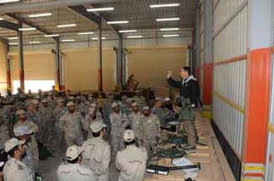 A US commander brief Arab Saudi soldiers